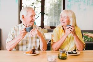 foto: elderly-cheerful-couple-drinking-tea-talking-lively_23-2148216443.jpg